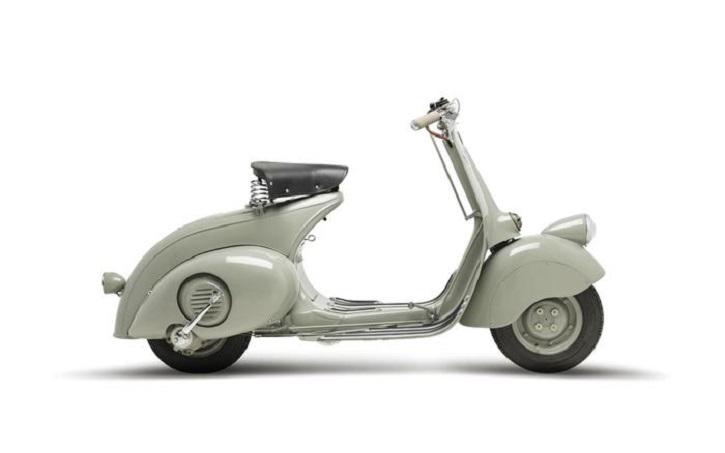 """L'immagine """"Vespa 98cc 1946"""" presente del libro """"FuturPiaggio ? 6 lezioni italiane sulla mobilità e sulla vita moderna"""", prestigioso volume che, in una veste futurista e ricercata, rievoca la storia e indica il futuro dell?azienda e dei suoi marchi. ANSA/UFFICIO STAMPA PIAGGIO GROUP +++EDITORIAL USE ONLY - NO SALES+++"""