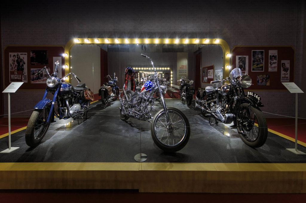REGGIA-26- mostra Easy Rider-IMG_9687-al centro moto dal film easy rider